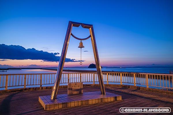 夕日に染まる幸福の鐘