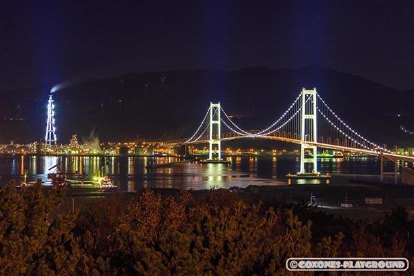 祝津公園展望台から見た工場と白鳥大橋の夜景