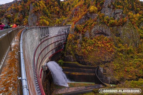 豊平峡ダムの放流の様子