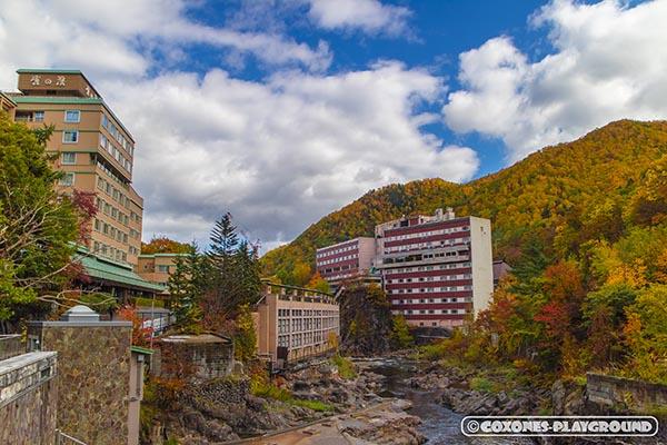 月見橋から望む定山渓温泉街の旅館と紅葉