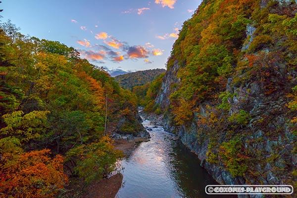 夕暮れの二見吊橋の橋上から眺める紅葉と渓流