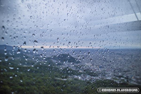 ガラスに水滴がつくロープウェイのゴンドラ内