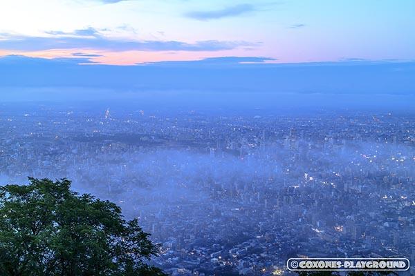 藻岩山山頂から見た雲と札幌市街地