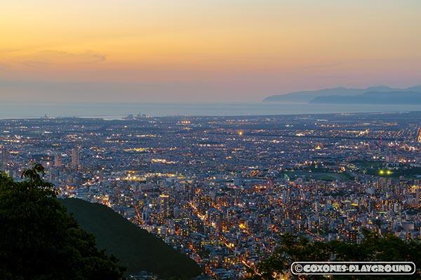 オレンジの夕暮れが眩しい藻岩山山頂から見た石狩市方面