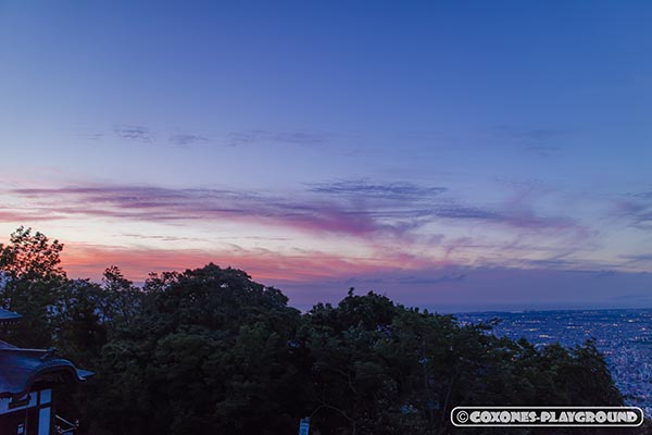 ブルーとレッドが色鮮やかな夕暮れ空
