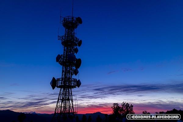 ブルーとレッドが色鮮やかな夕暮れ空と鉄塔