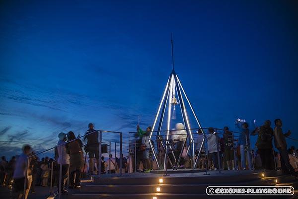 山頂展望台にある幸せの鐘を鳴らす人達