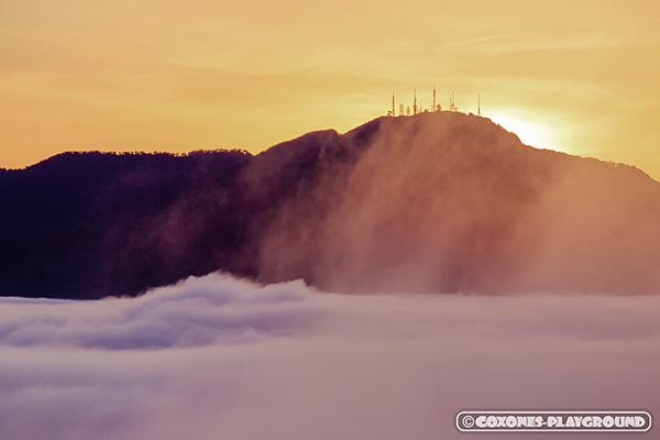 夕暮れの手稲山山頂と雲海