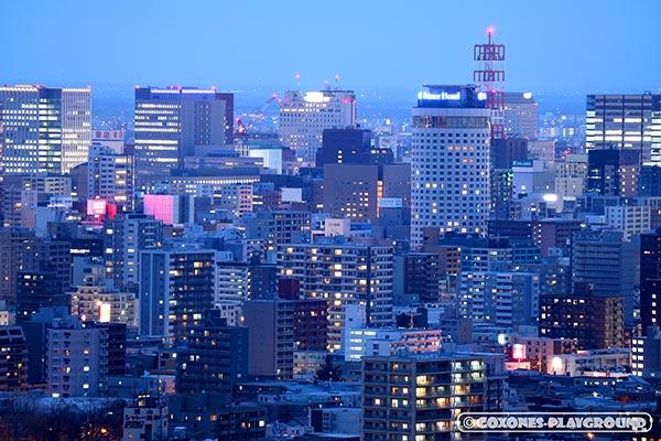 札幌駅前の高層ビルや札幌プリンスホテルの夜景