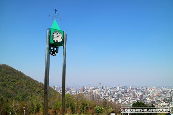 旭山記念公園の時計塔と札幌市中心部の風景