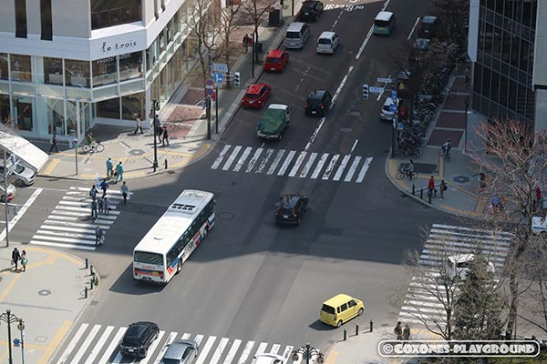 人と車が行き交う交差点
