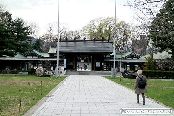 札幌護国神社の本殿前の門