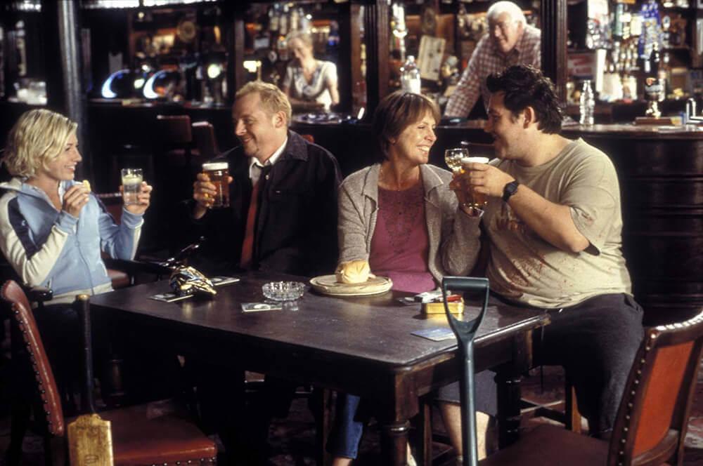 パブでビールを飲む4人