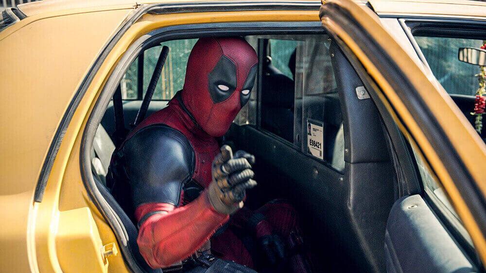 タクシーで移動するデッドプール