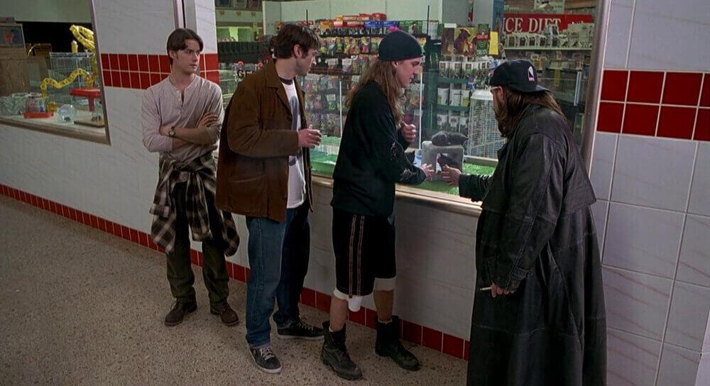 モールで遊ぶ4人