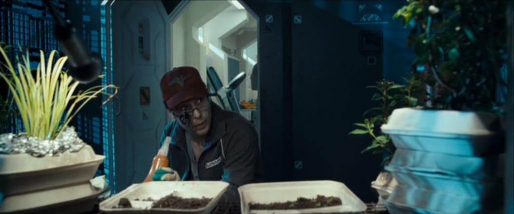 植木に話しかけるサム