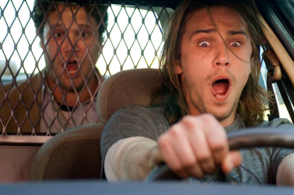 パトカーを盗み暴走する二人