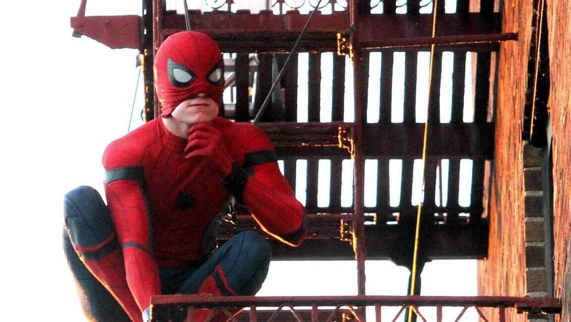 マスクをめくるスパイダーマン