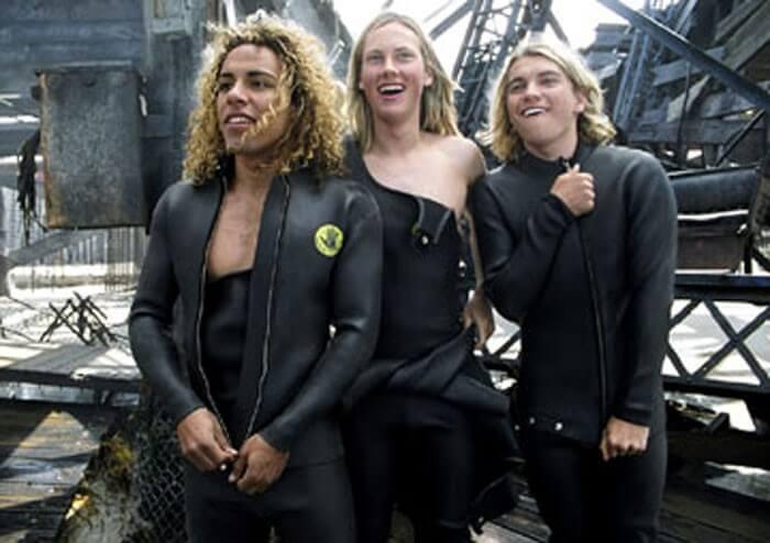 サーフィンをするトニーとジェイとステイシー