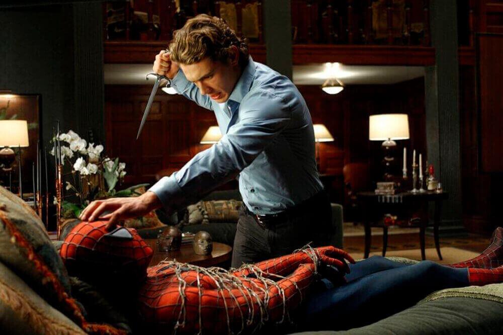スパイダーマンの正体に迫るハリー
