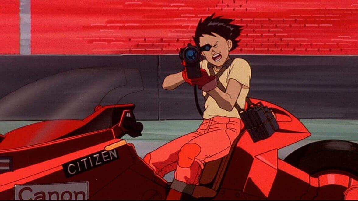 バイクに乗りながらレーザー銃を撃つ金田