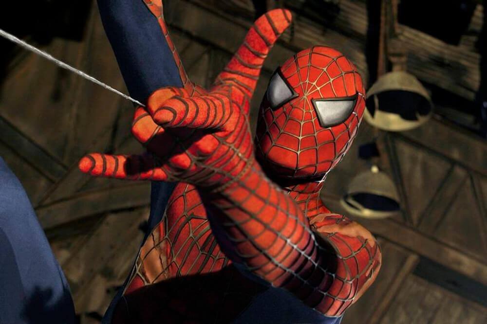 糸を発射するスパイダーマン