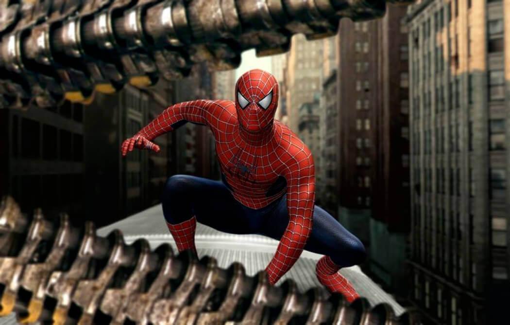電車の上で戦うスパイダーマン