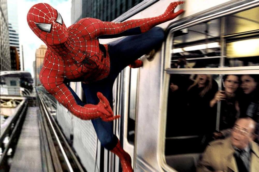 電車の乗客を助けようとするスパイダーマン