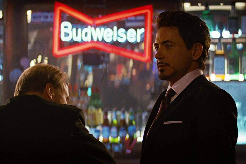 ロス将軍に話しかけるトニー・スターク