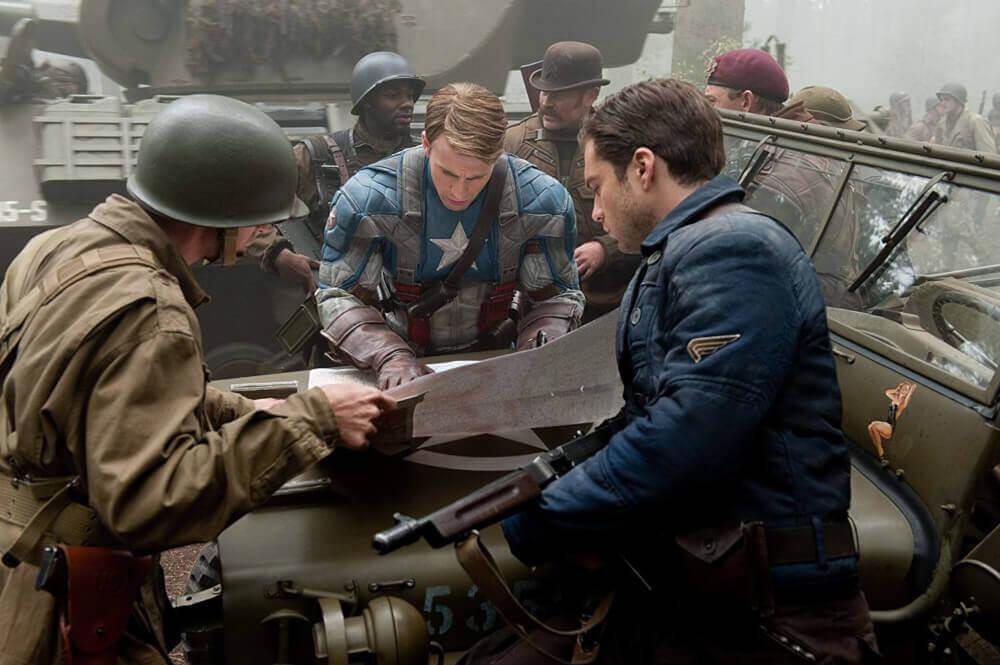 作戦を立てるキャプテン・アメリカ